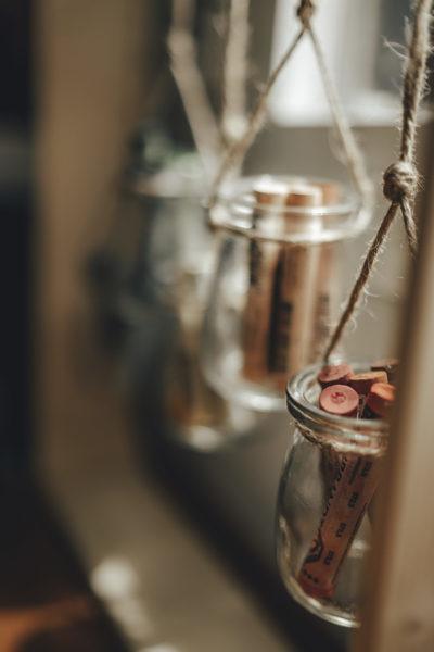Detalle decorativo con jarrones colgantes Conforama