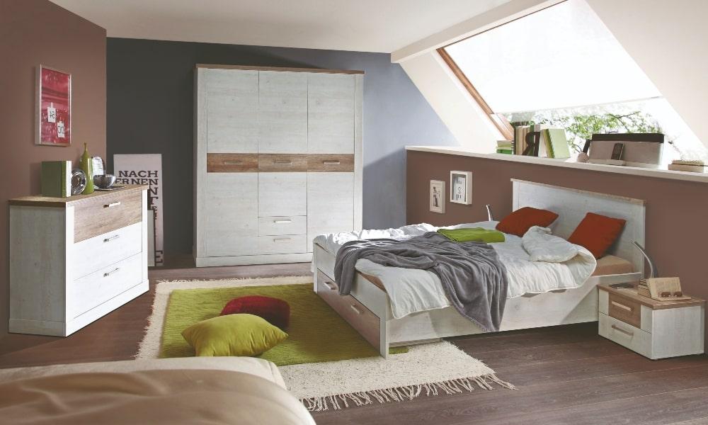 dormitorio con muebles blancos y suelo y paredes marrones)