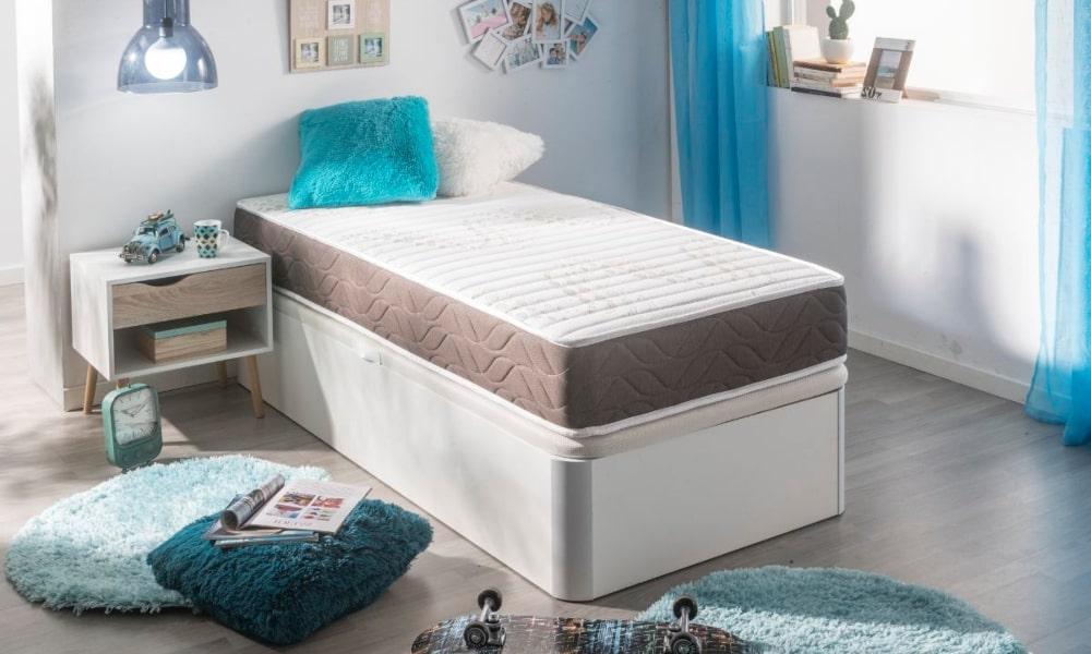 habitacion juvenil con cama y accesorios en azul