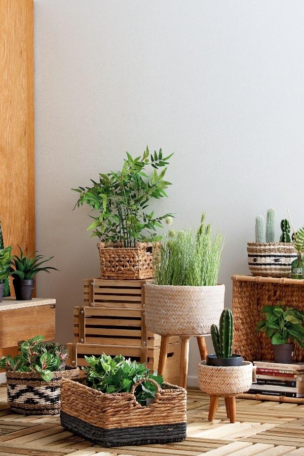 plantas artificiales para baño en cestos de mimbre