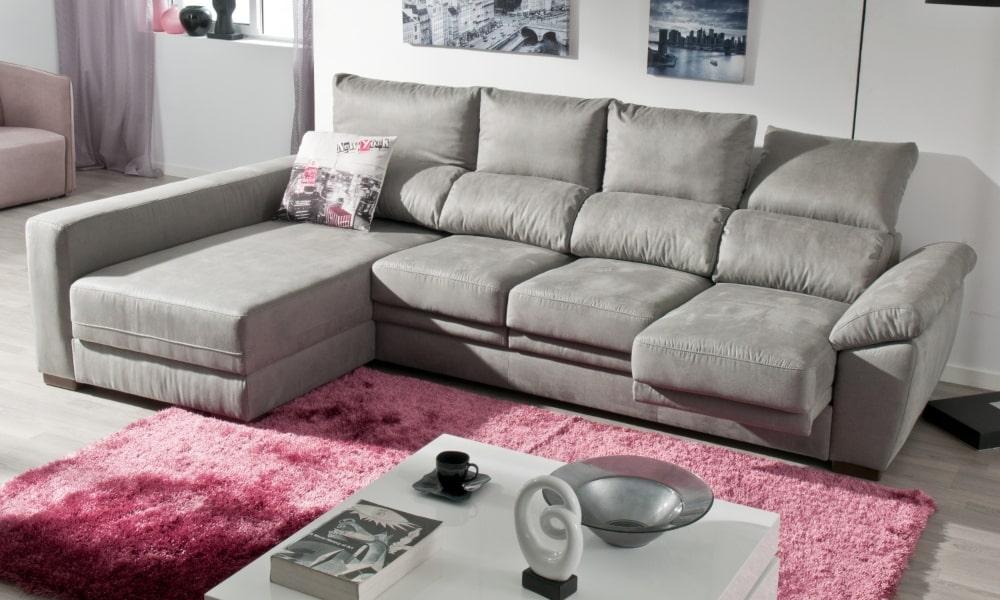 salón con chaise longue y paredes grises y alfombra rosa)