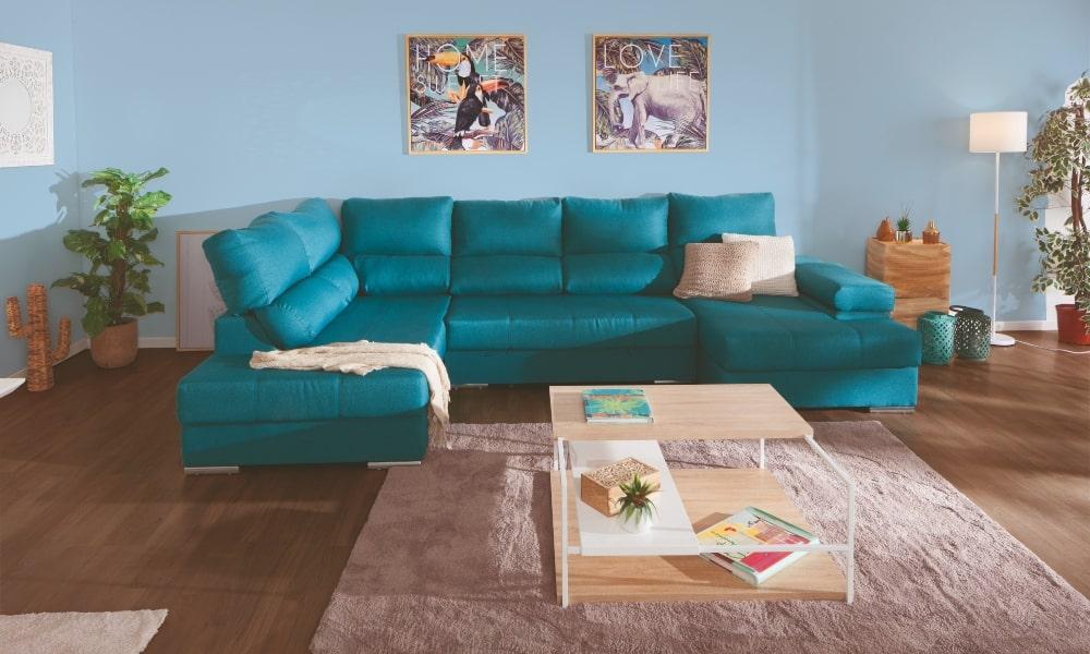 salon con paredes y chaise longue azules y suelo y alfombra marron)
