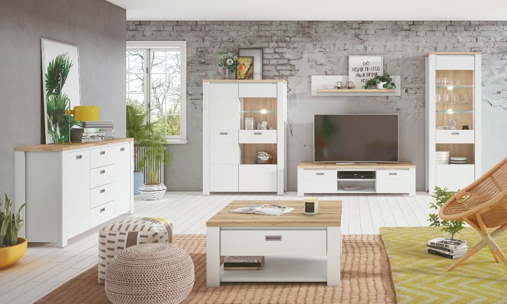 salon con mobiliario y suelo blanco
