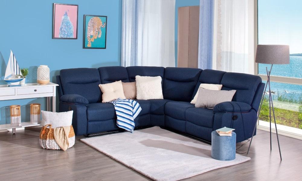 como colocar cojines en un sofa azul para decorar salon estilo mediterráneo