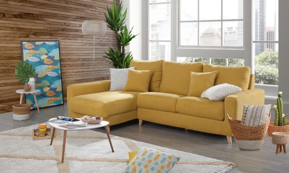 como colocar cojines en un sofa mostaza moderno