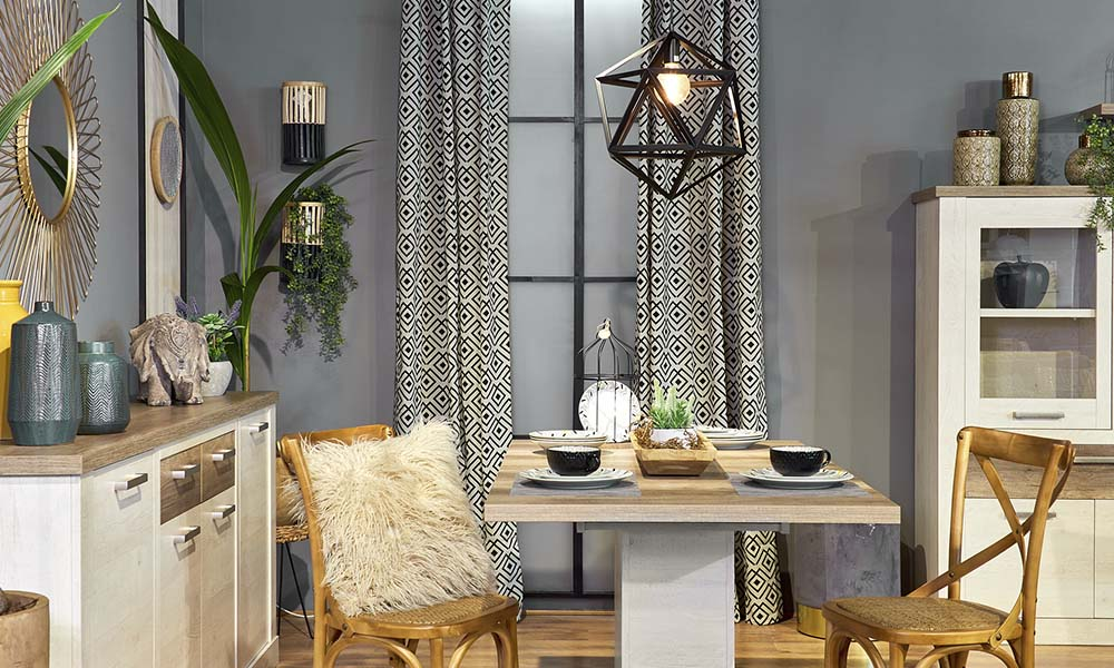 La cortina DELTA y la lámpara LANCE en negro completarán la paleta de colores de la tendencia Exotic Chic