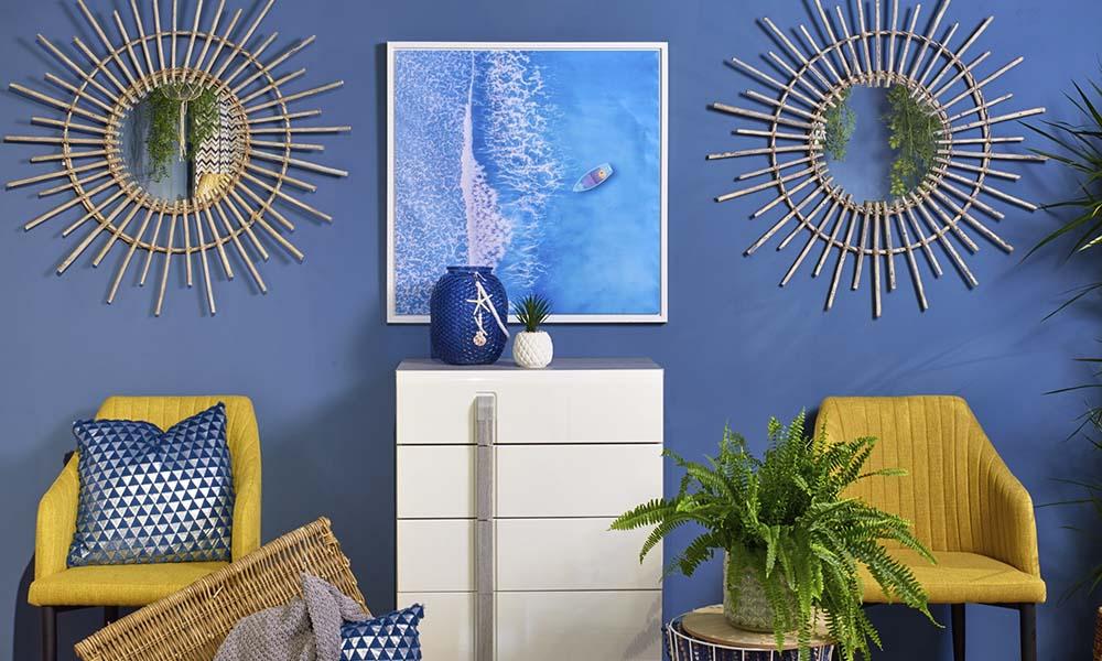 Rompe la combinación azul y blanca del Seaside con colores mostaza