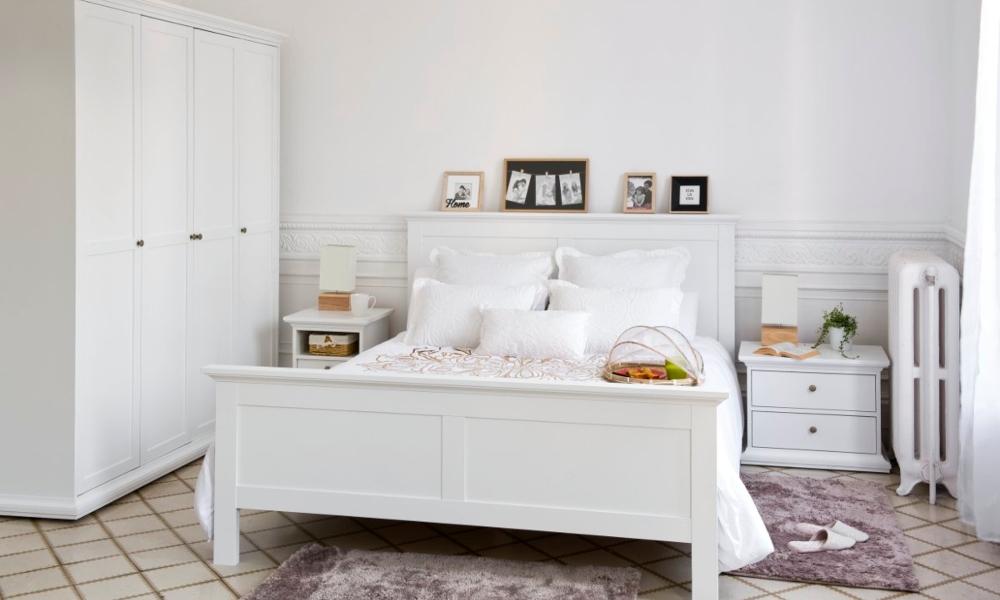 habitacion con paredes y mobiliario blanco
