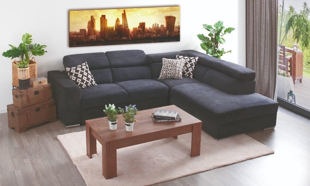 habitacion cuadrada decorada con sofa y mesa de centro con alfombra