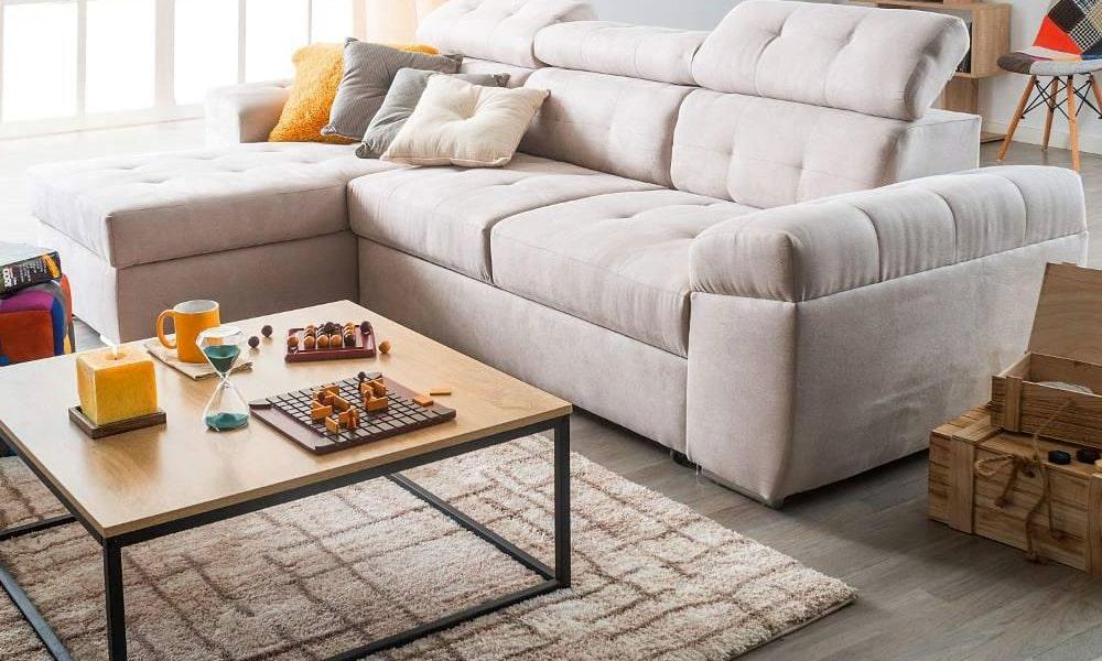salon en tonos neutros con sofa y alfombra)