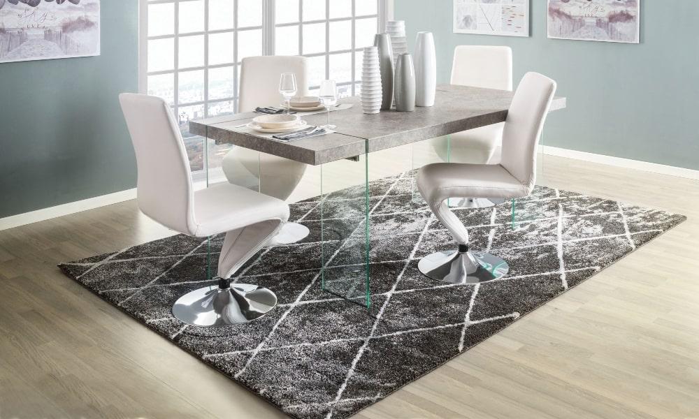 sillas blancas y mesa de comedor salon de 30 metros