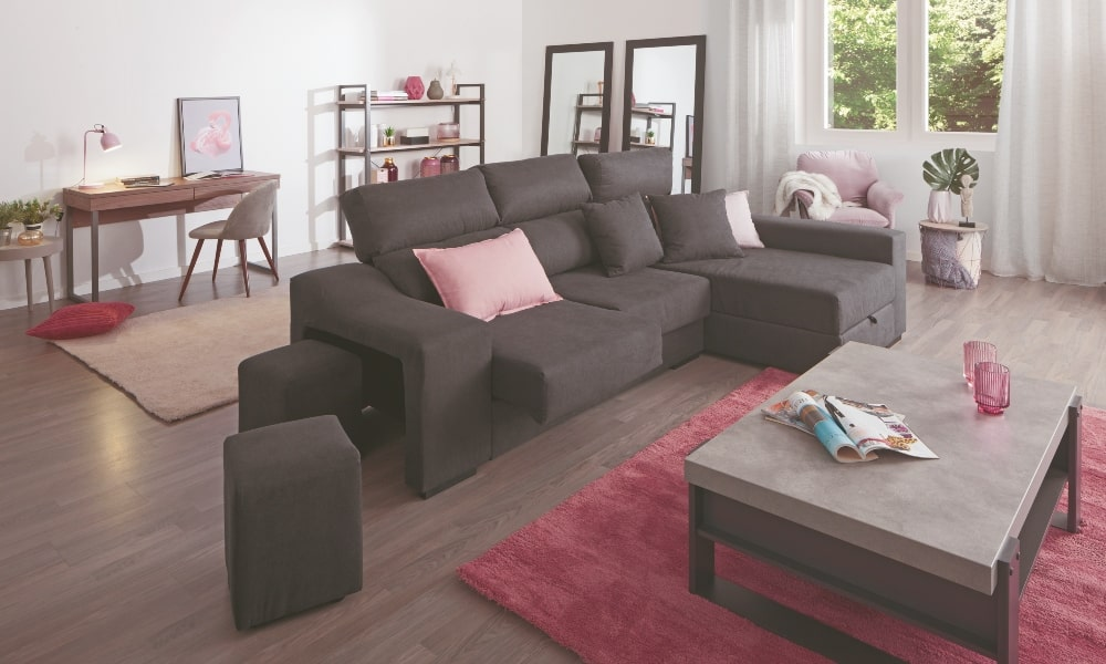 mobiliario de salon cuadrado con complementos rosas