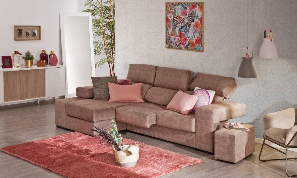 cómo colocar cojines en un sofá moderno con chaise longue