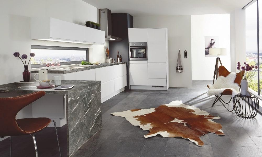 aprovechar esquina cocina con encimera de mármol