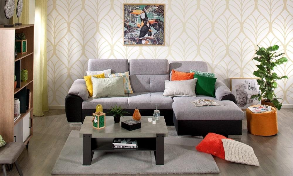 cómo colocar cojines en un sofá gris y salon con papel pintado
