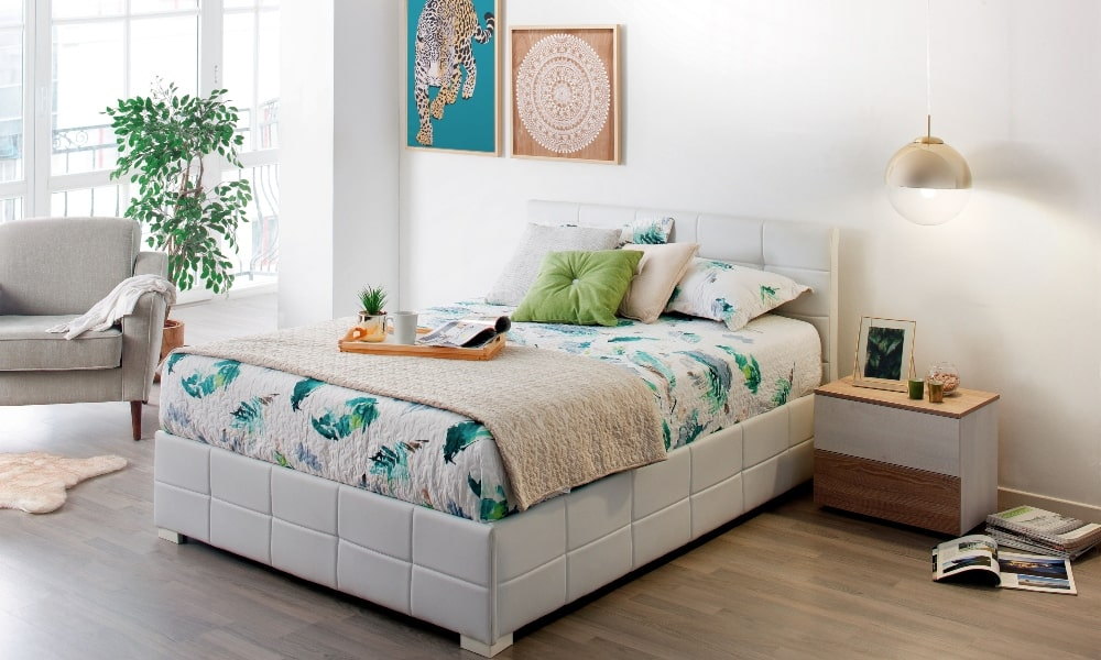 como lavar almohadas dormitorio con cama blanca
