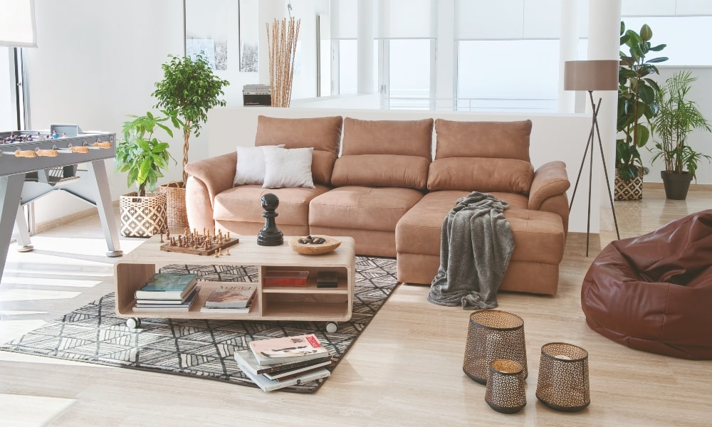 Luz indirecta salón: iluminar sofá con lampara de pie y plantas