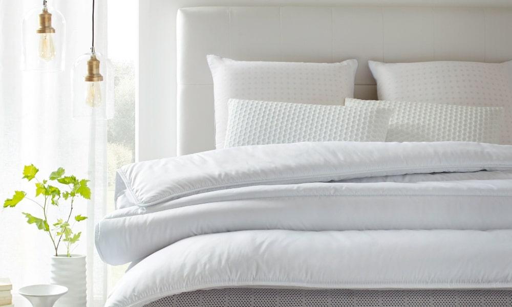 como lavar almohadas de cama con cojines y edredón blancos