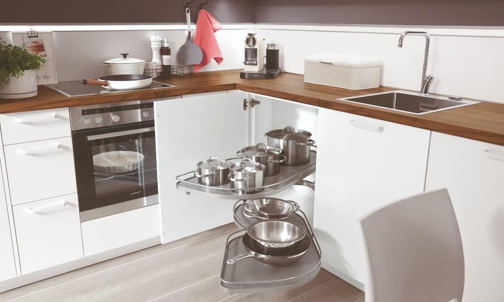 mobiliario bajo con bandeja para aprovechar esquina cocina