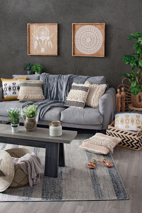 como colocar cojines en un sofa con mobiliario en tonos grises y tendencia marroquí